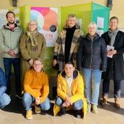 """Projektpat*innen, ORGA-Team und BÜrgermeister eröffnen die Ausstellung """"Ideen für Schondorf"""""""